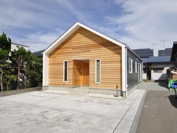 三角屋根の小屋ウラのある家